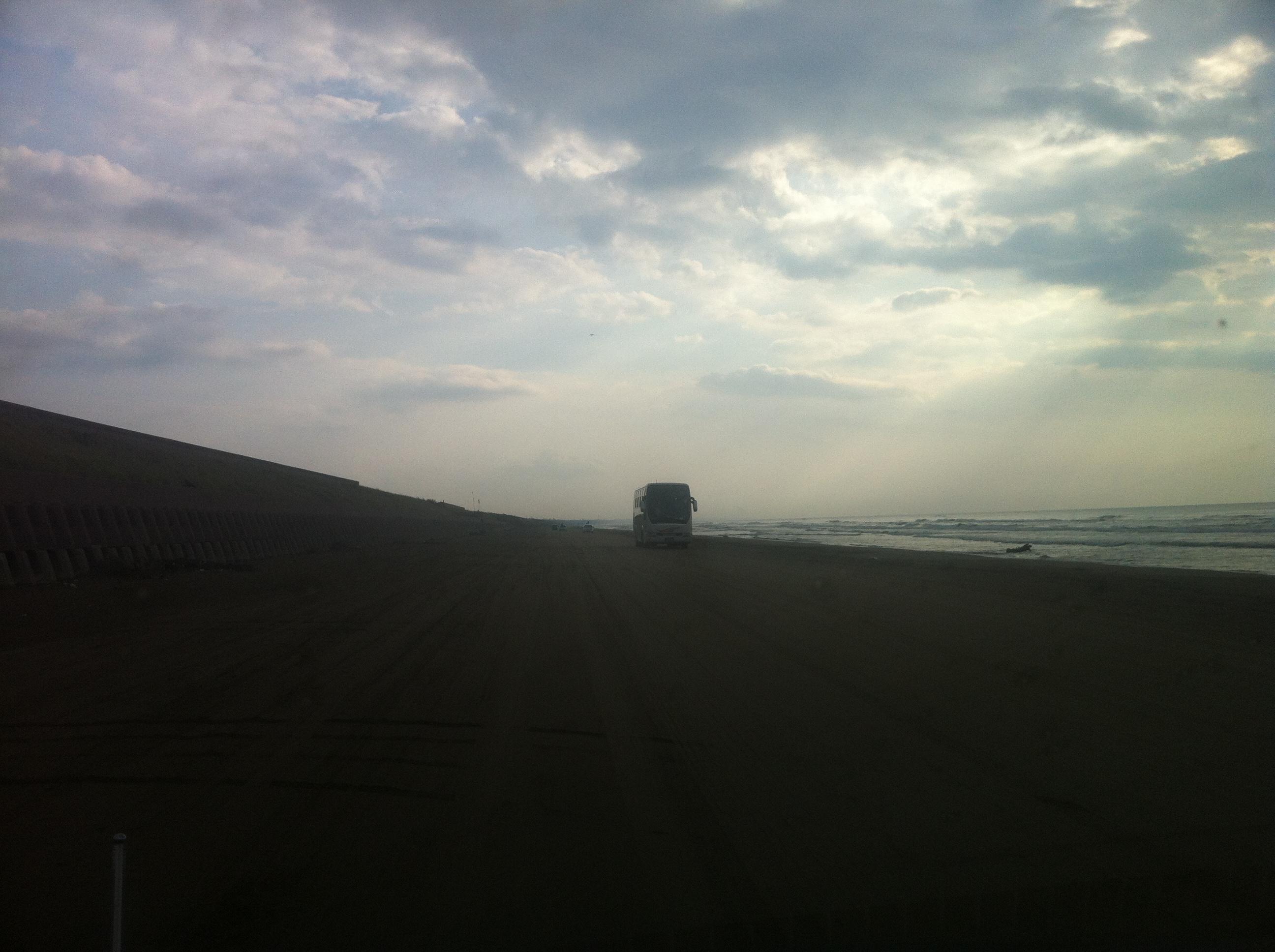 砂浜が車道?世界的にも珍しい道路!石川県羽咋市千里浜なぎさドライブウェイを紹介