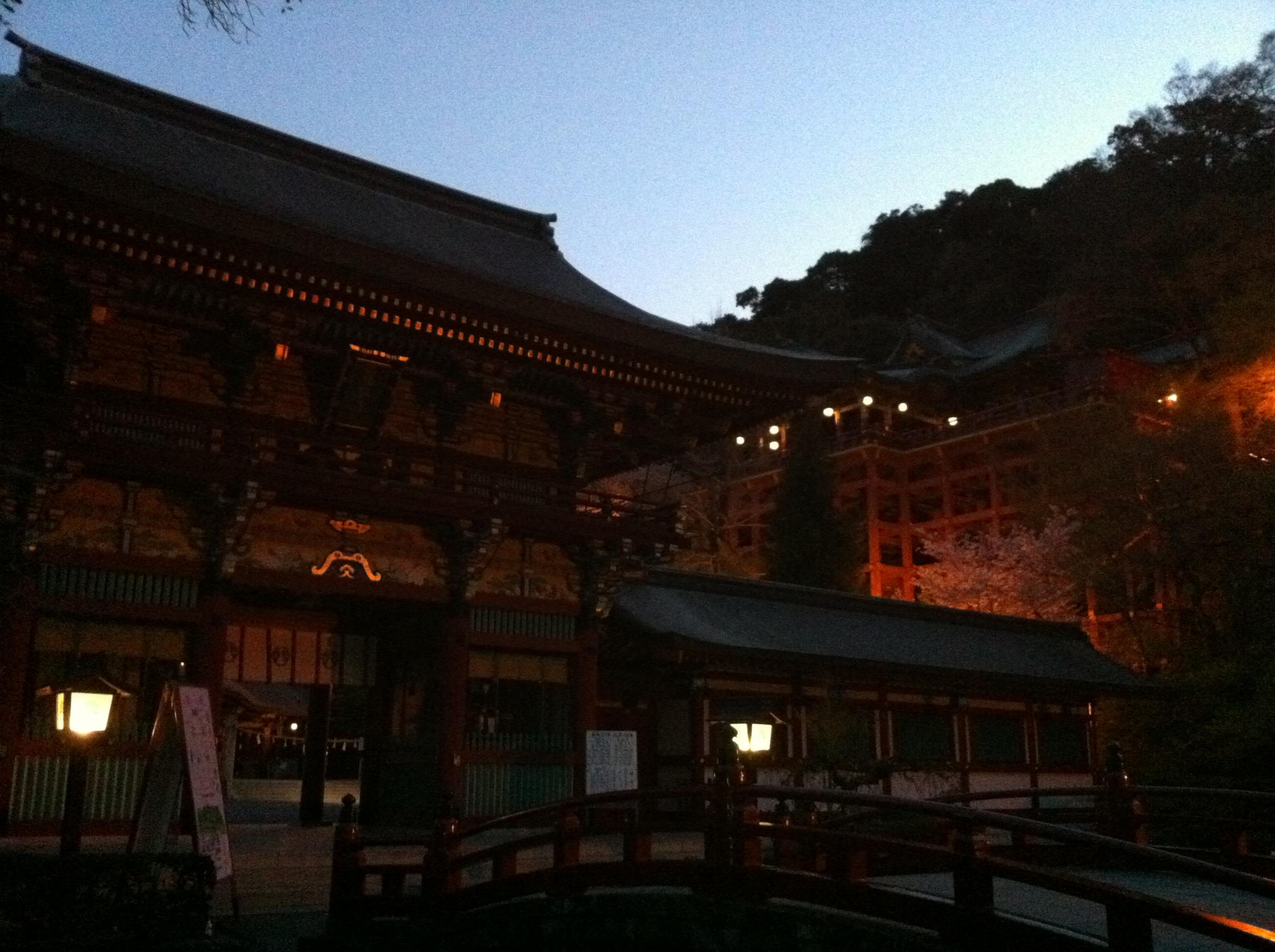 夕方に行くとまるでおとぎ話の世界のような神社!佐賀県鹿島市祐徳稲荷神社を紹介!